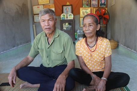 Hơn 20 năm nay, vợ chồng ông Công luôn tận tình nhận nuôi hàng chục em học sinh khó khăn.