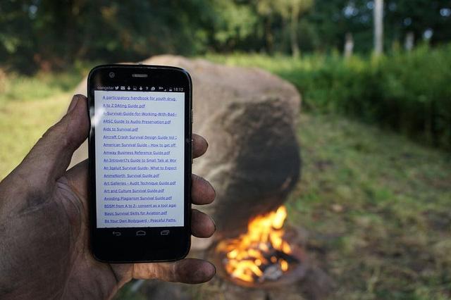 Sau đó tảng đá sẽ phát ra sóng wifi và du khách có thể truy cập mạng, tải về máy những tập tin thú vị