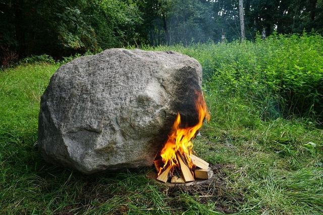 Tảng đá kỳ lạ được đốt nóng