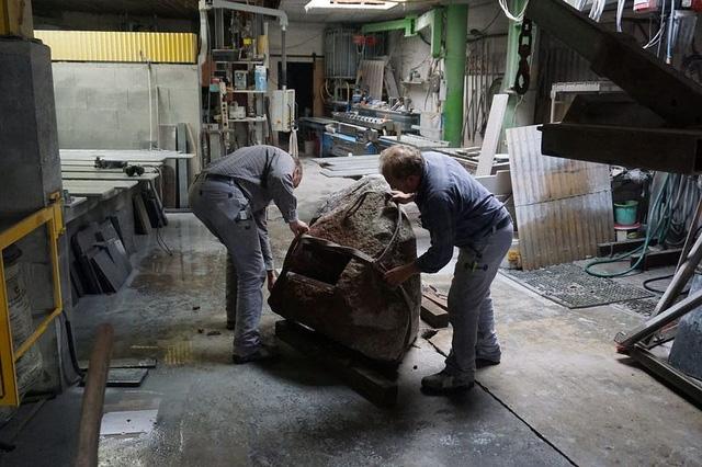 Quá trình các kỹ sư lắp ghép tảng đá