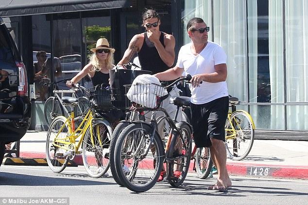 Tiền đạo người Thụy Điển cũng sử dụng xe đạp đi tham quan California.