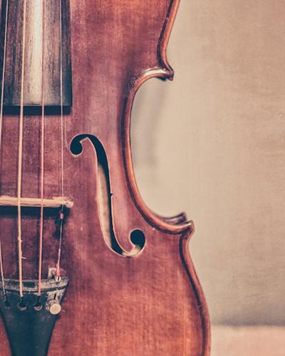 Biết chơi một loại nhạc cụ: Trong nhiều nghiên cứu khác nhau, âm nhạc có sức mạnh để gợi những cảm xúc phức tạp và trạng thái tâm lý. Nghe và chơi một nhạc cụ làm tăng khả năng trí nhớ của bộ não, giúp duy trì tính kiên nhẫn, khả năng tập trung của bạn.