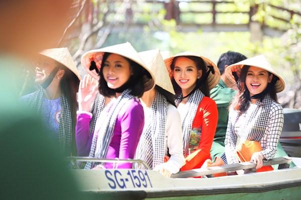 Các thí sinh khoe vẻ đẹp rạng rỡ trong trang phục áo bà ba, đội nón lá.