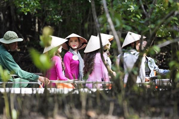 Chiếc cano đưa Top 35 đi qua những cung đường tuyệt đẹp trong Khu dự trữ sinh quyển Cần Giờ.
