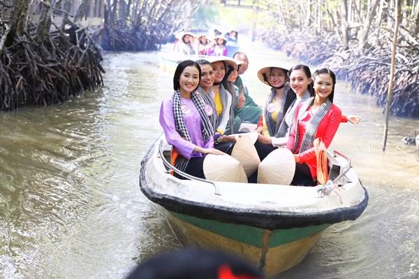 Sáng 11/8, Top 35 gương mặt xuất sắc nhất Hoa hậu Việt Nam 2016 đã có dịp thăm quan đảo Khỉ và rừng đước tại Khu dự trữ sinh quyển Cần Giờ.
