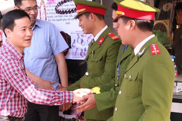 Phó Bí thư Thường trực Thành đoàn Hà Nội Trần Anh Tuấn đã tới thăm và chúc Tết tới các đội tình nguyện làm việc tại Đền Quán Thánh (Quận Ba Đình) và Phủ Tây Hồ (Quận Tây Hồ - Hà Nội)