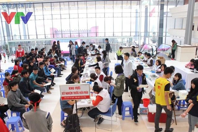Rất đông người ngồi đợi đến lượt để lấy máu xét nghiệm sau khi đã khám sức khỏe