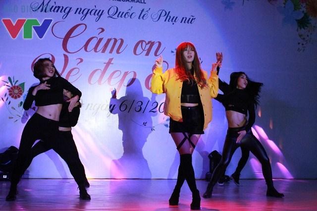 Min cùng nhóm nhảy st.319 đã khiến không gian tại sự kiện nóng hơn