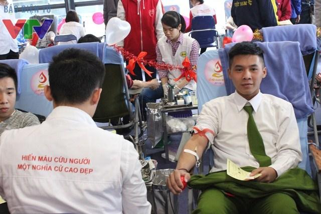 Trong lúc hiến máu luôn có các bác sĩ, y sĩ và tình nguyện viên ở bên người hiến máu để động viên tinh thần