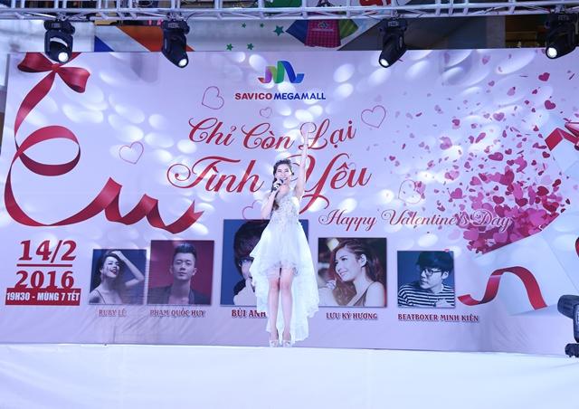 MC - Ca sĩ Lưu Kỳ Hương khiến chương trình sôi động hơn qua những ca khúc của mình