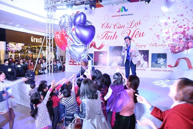 Bùi Anh Tuấn tặng những quả bóng bay cho các em nhỏ