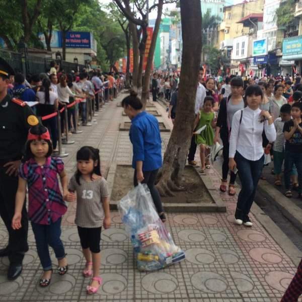 Vào dịp nghỉ lễ, lượng khách du lịch đến tham quan Hà Nội rất lớn, các đoàn viên thanh niên đã hoạt động tích cực trong công tác bảo vệ môi trường và đảm bảo an ninh trật tự