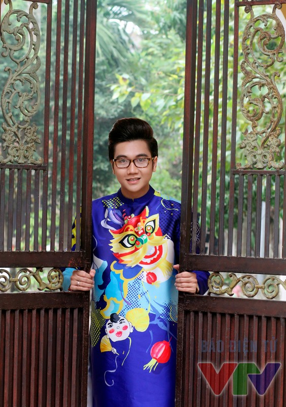 MC Công Tố thực hiện bộ ảnh áo dài ở một ngôi chùa tại Hà Nội.