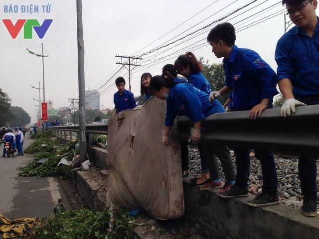Các bạn trẻ, đoàn viên thanh niên Thủ đô tích cực tham gia các hoạt động giữ gìn về sinh môi trường trong ngày đầu ra quân