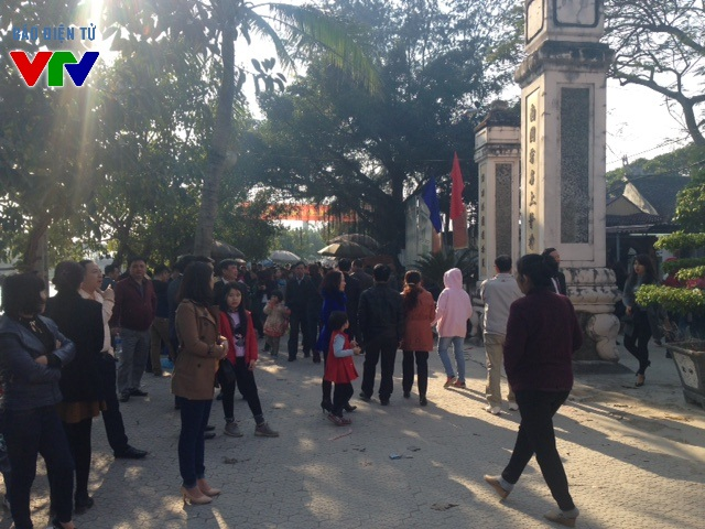 Trong ngày mùng 1 Tết, tiết trời đẹp và ấm áp nên rất đông người dân đi lễ tại đền Ông Hoàng Mười