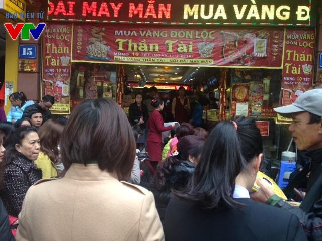 Trước cửa hàng vàng Bảo Tín Minh Châu trên đường Trần Nhân Tông, hàng trăm người xếp hàng dài chờ đợi để mua vàng