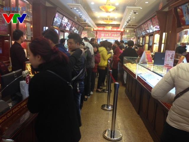 Cho dù người dân vào được trong cửa hàng thì vẫn phải đứng chờ để mua.