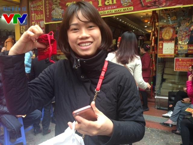 Chị Đỗ Thị Trang - Cầu Giấy, Hà Nội hồ hởi với miềng vàng trên tay sau khi đứng xếp hàng gần 2 tiếng