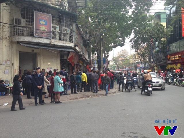 Cả 3 trụ sở của Báo Tín Minh Châu đều chung tình trạng đông đúc người xếp hàng.