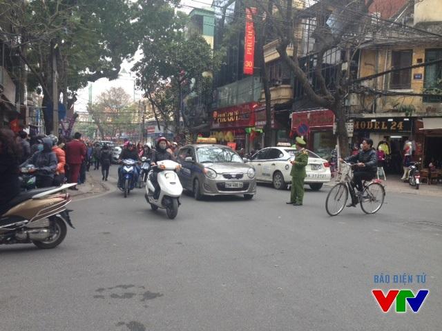 Lực lượng chức năng túc trực liên tục để đảm bảo an ninh và an toàn giao thông trên đường Trần Nhân Tông
