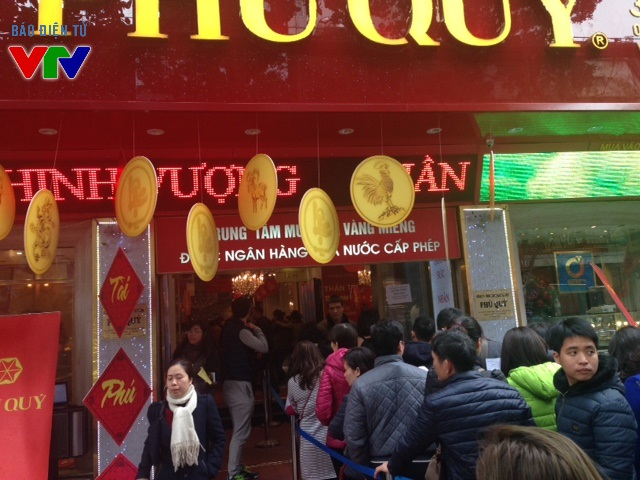 Một số cửa hàng vàng khác trên đường Trần Nhân Tông cũng khá đông khách