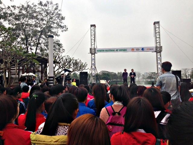 Hàng trăm bạn trẻ đến tham dự lễ hội Youth Fastival