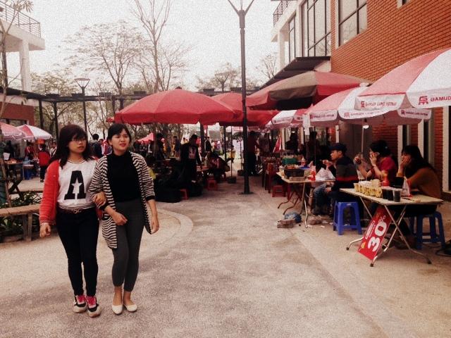 Nhiều gian hàng ẩm thực và thời trang được các bạn trẻ mở tại lễ hội