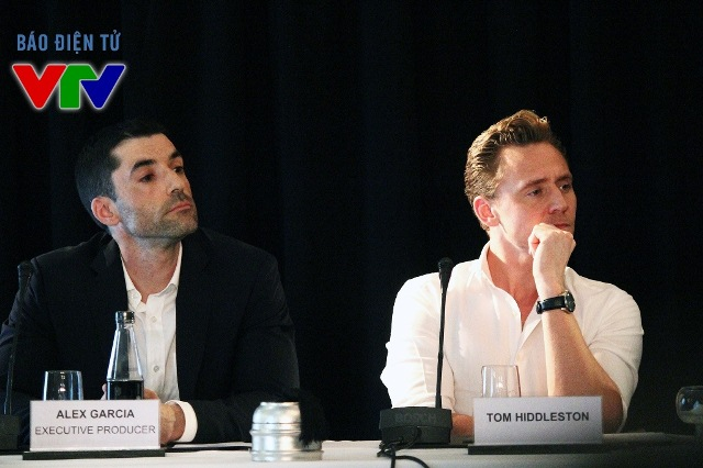 Ngồi kế bên nam diễn viên điển trai là nhà sản xuất Alex Garcia