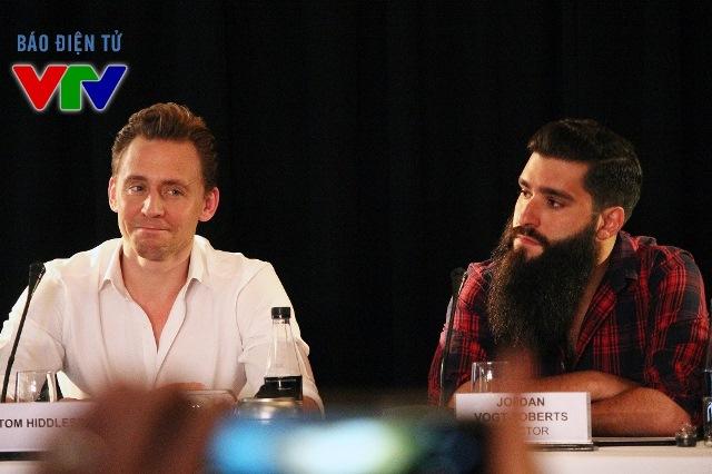 Tom Hiddlestin ngồi ngay bên cạnh đạo diễn Jordan Vogt Roberttại buổi họp báo