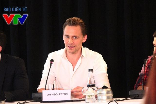 Trước buổi họp báo, nhiều thông tin cho rằng Tom Hiddleston sẽ không đến tham dự, tuy nhiên nam diễn viên đã bất ngờ xuất hiện cùng đoàn làm phim trong sáng 21/2 tại Hà Nội