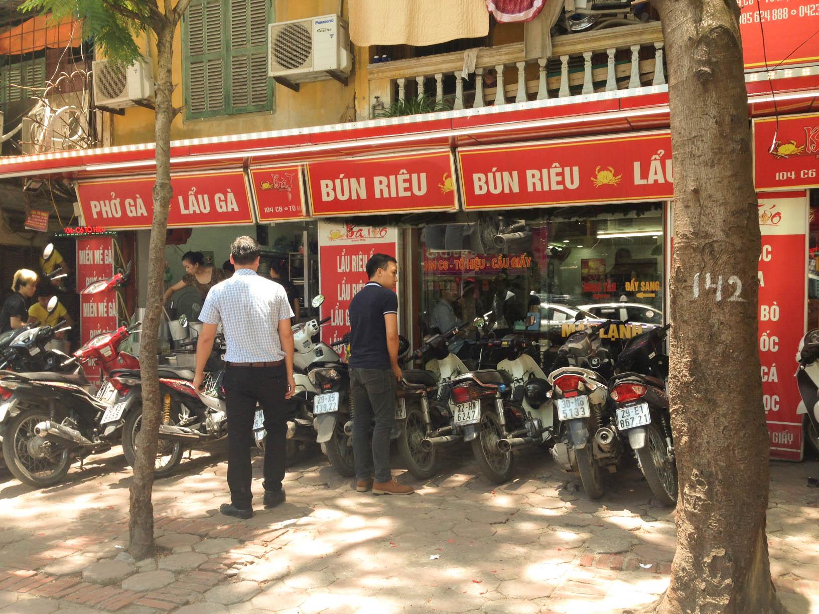 Những quán ăn có máy lạnh vào những ngày này rất đông khách