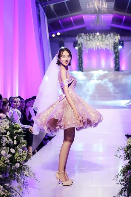 Phí Phương Anh trẻ trung với thiết kế váy cưới ngắn
