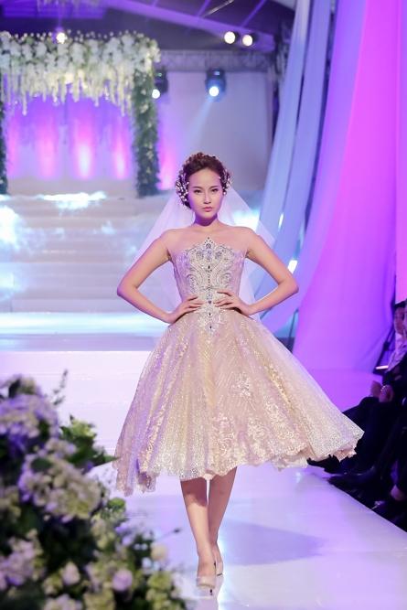 Khánh Ngân diện trang phục cưới bồng xòe, kiêu kì trên đường băng chương trình.
