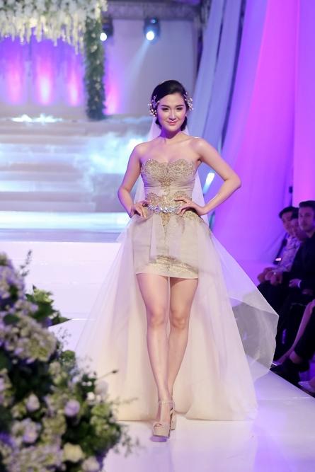 Ngọc Loan (đội Phạm Hương) trong trang phục của Phạm Đăng Anh Thư duyên dáng trên sàn diễn.