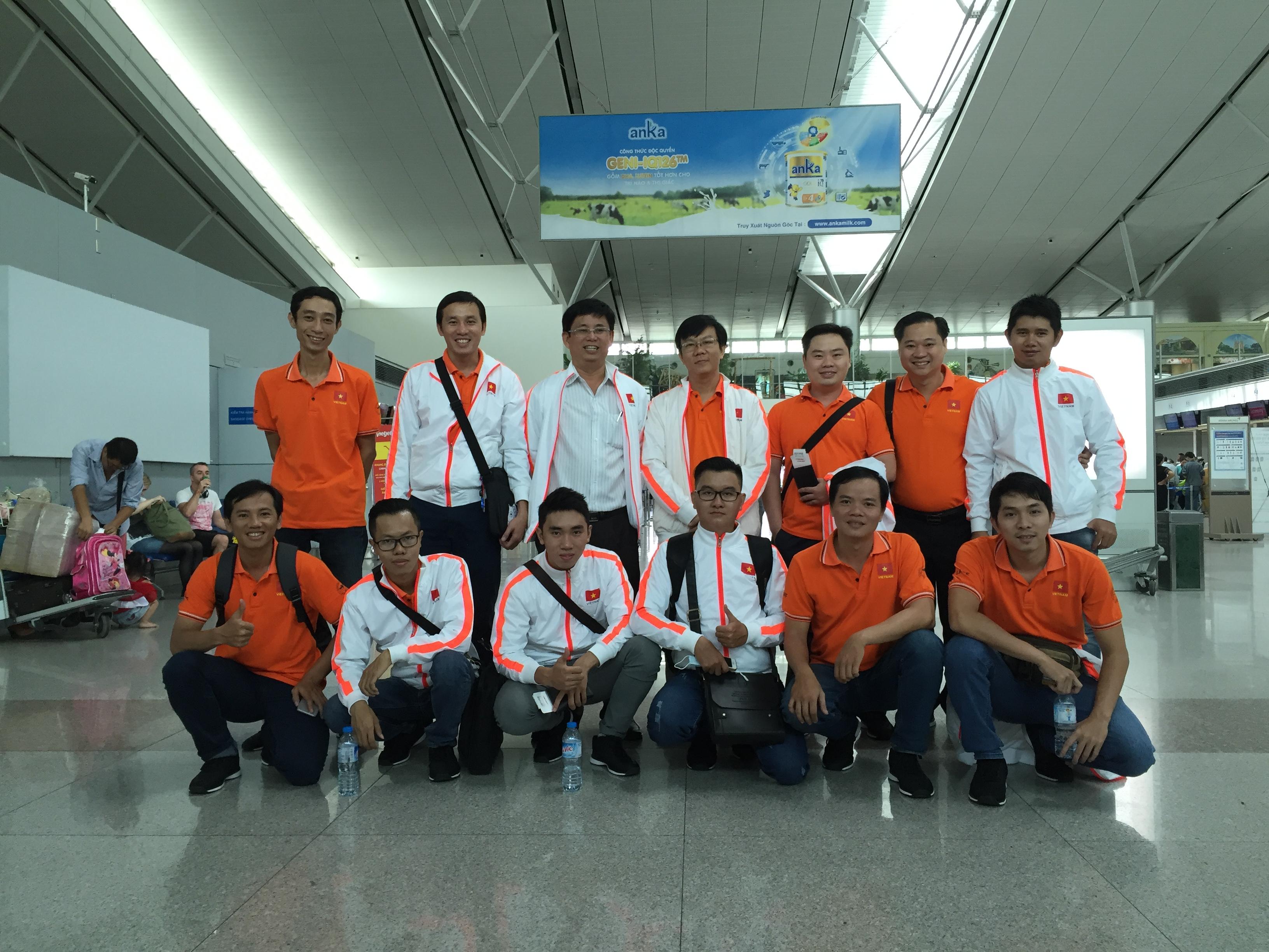 Các thành viên của LH - FF và đoàn Robocon Đại học Lạc Hồng tại sân bay Tân Sơn Nhất (Ảnh: Bá Thuận)