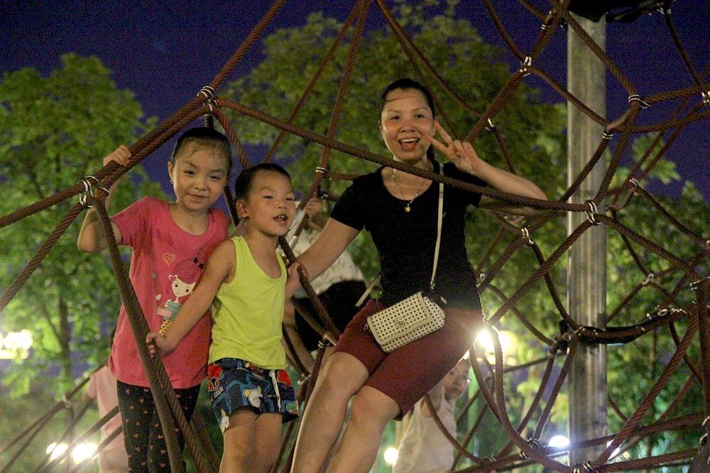 Nhiều em nhỏ được bố mẹ đưa tới công viên vui chơi, dạo mát trong tối ngày nắng nóng đỉnh điểm 2/6 của đợt nóng đầu tiên