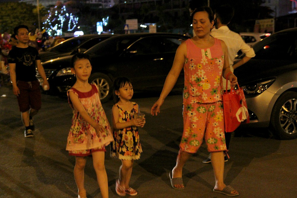 Do nắng kéo dài nhiều tiếng đồng hồ nên phải đợi khi trời tối hẳn, nhiều gia đình mới đưa trẻ nhỏ ra ngoài