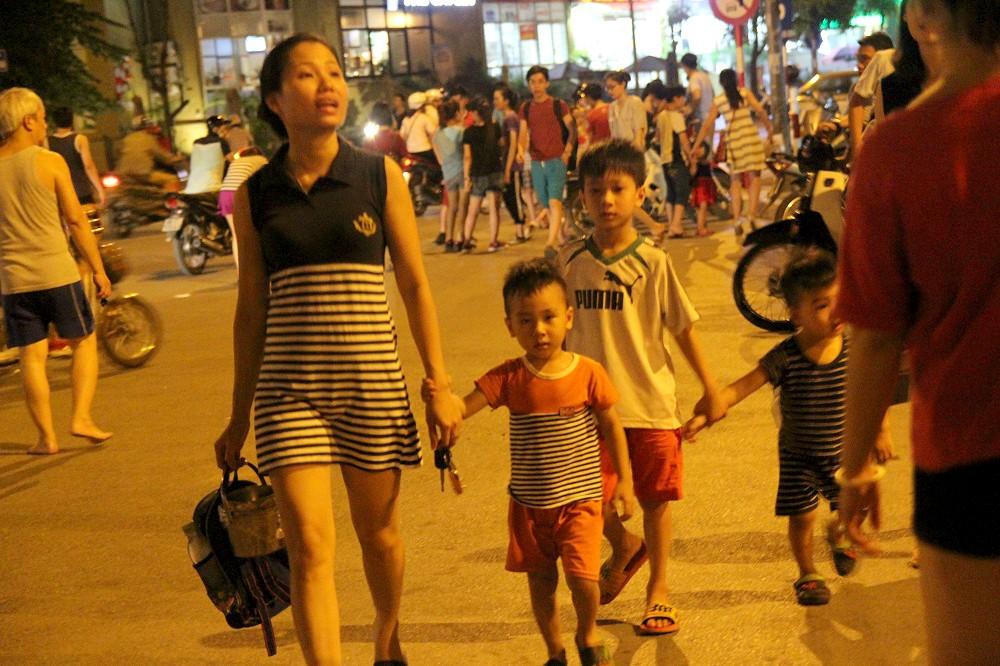 Nhiều em nhỏ được bố mẹ đưa tới công viên vui chơi, dạo mát trong tối ngày 2/6