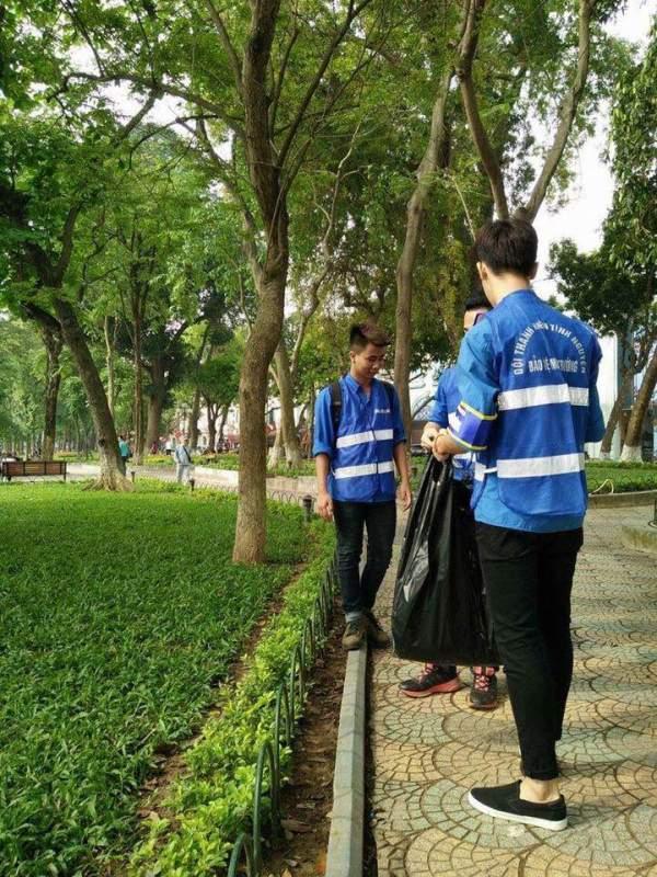 Bằng hành động thu gom rác thải, lớp trẻ Thủ đô đang tuyên truyền hành động bảo vệ môi trường Xanh - Sạch - Đẹp