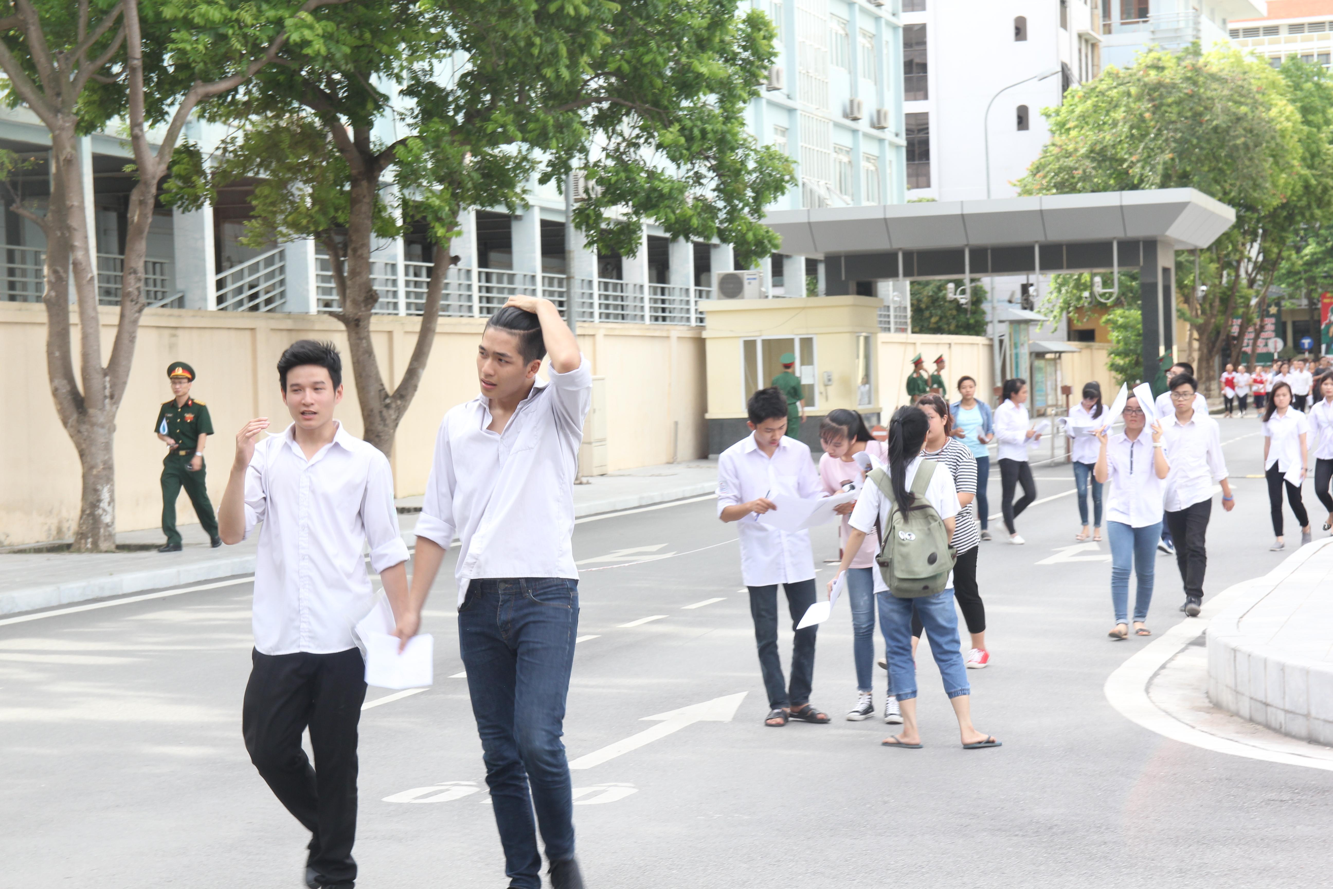 Các thí sinh đã hoàn thành xong môn thi thứ 3 - Ngữ văn trong kỳ thi THPT Quốc gia 2016