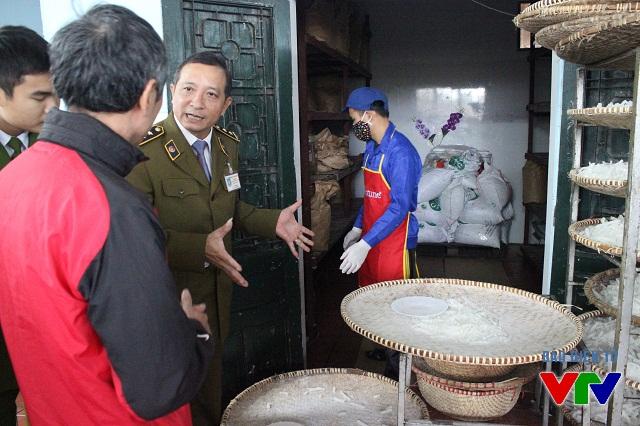 Các cơ sở sản xuất bánh mứt kẹo tại làng nghề Xuân Đỉnh - Xuân Tảo được kiểm tra nghiêm ngặt VSATTP