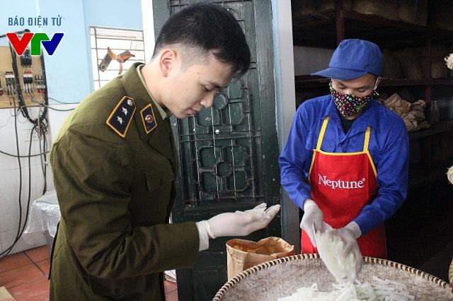 Đoàn kiểm tra liên ngành thực hiện công tác rà soát, kiểm tra các mặt hàng bánh mứt kẹo được sản xuất phục vụ dịp Tết Nguyên đán