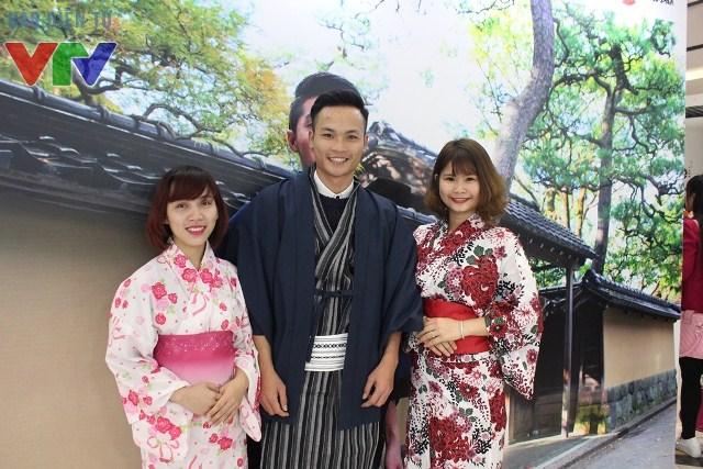 Ngoài ra, các bạn trẻ còn được thử các bộ đồ truyền thống của Nhật Bản để chụp ảnh tại sự kiện