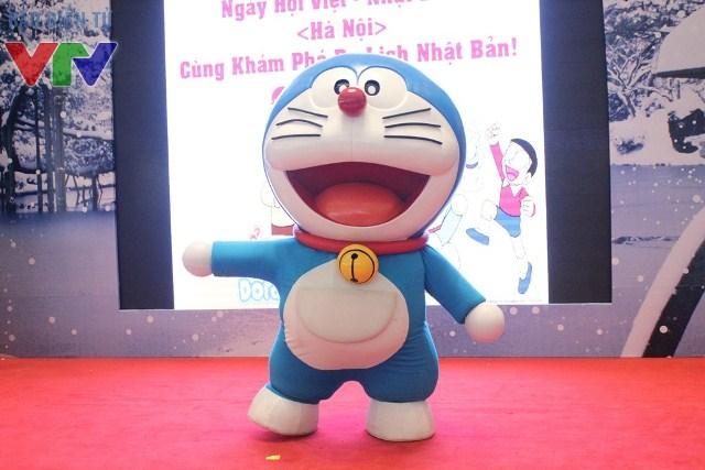 Các em nhỏ được gặp gỡ nhân vật Doraemon siêu đáng yêu