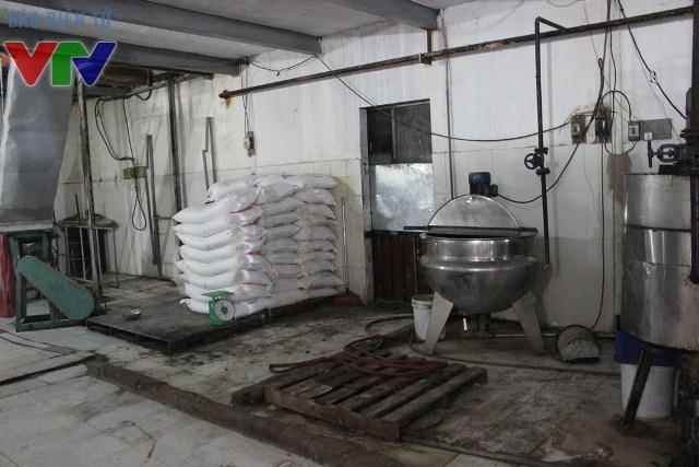 Cơ sở sản xuất bẩn không được cọ rửa sạch sẽ, đầy cáu bẩn