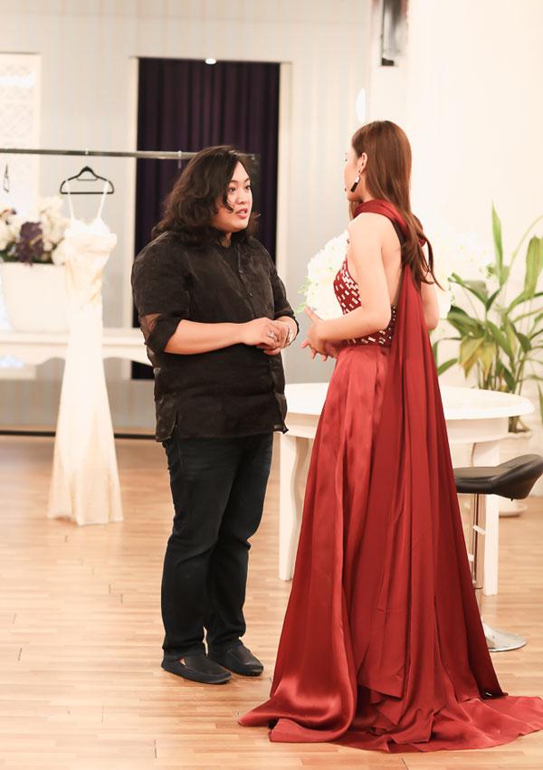 Audrey Hiếu Nguyễn với thí sinh của cuộc thi Hoa khôi Áo dài