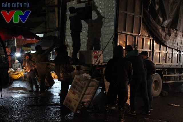 Hàng hóa nhanh chóng được bốc dỡ để mang đến các cửa hàng, phân phối đi khắp các nơi trong thành phố Hà Nội
