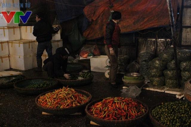 Nhiều mặt hàng hoa quả như củ đậu, ớt, quất, xoài, sầu riêng cũng đổ về chợ để phục vụ nhu cầu dịp Tết tại thành phố Hà Nội
