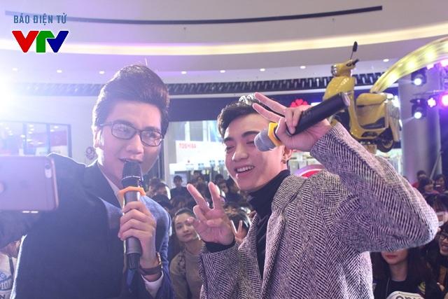 Khán giả khá thích thú khi được chụp ảnh selfie cùng Soobin