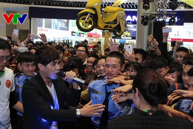 Hồ Quang Hiếu tỏ ra rất gần gũi với fan và công chúng Hà Nội